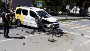 Sakarya'da boş yolda 2 PTT aracının çarpıştığı kaza şaşırttı