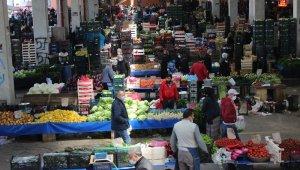 Sokağa çıkma yasağı öncesinde vatandaşlar semt pazarına akın etti