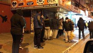Sokağa çıkma yasağını duyan vatandaşlar fırın ve marketlere koştu