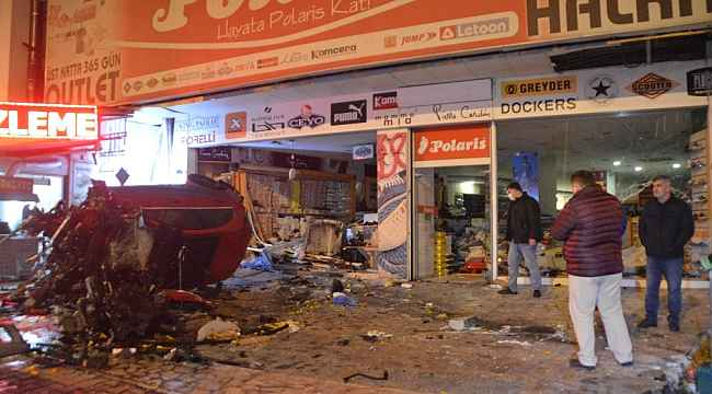 Sürücüsünün direksiyon hakimiyetini kaybeden otomobil, dükkana daldı