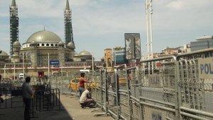 Taksim'de 1 Mayıs öncesi meydana çıkan yollar barikatlarla kapatıldı