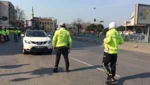 Trafik polislerinden sokağa çıkan araçlara denetim