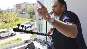 Ünlü sanatçı Ankaralı Coşkun'dan balkon konseri