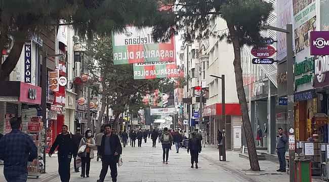 Uyarılara aldırış etmeyen vatandaşlar Karşıyaka'da sokakları doldurdu