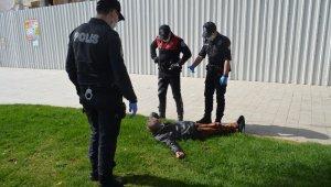 Yaşlı adam polisi çileden çıkardı, dönüp dolaşıp aynı yere geldi