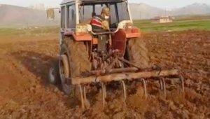 Yaşlı çiftçinin tarlasını jandarma sürdü