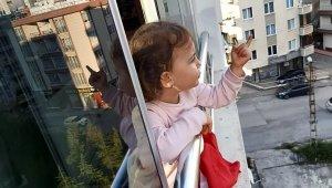 2,5 yaşındaki Derin'den sokakta dolaşanlara güldüren tepki