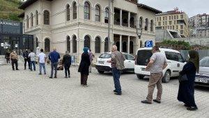 65 yaş üstü vatandaşların kaymakamlıklar önünde izin kuyruğu