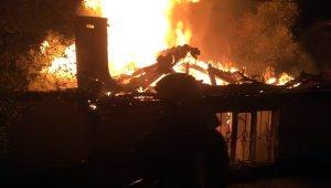 Alevler geceyi aydınlattı, ev tamamen yandı
