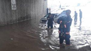 Alt geçidi su bastı, araçta kalan 3 kişi sırtta taşınarak kurtarıldı