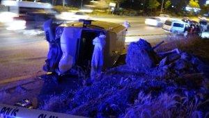 Feci kaza! Yol kenarında servis bekleyen fabrika işçisinin üzerine minibüs devrildi: 1 ölü