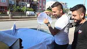 Antalya sokaklarında üstü açık otomobille havuz keyfi