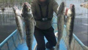 Balıkla fotoğraf çektiren olta avcısı ve tekne sahibine 15 bin lira ceza