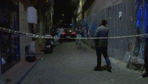 Beyoğlu'nda silahlı kavga... Ayağından vurulan şahıs 2'nci kattan atladı