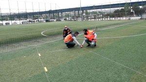 Beyoğlu'ndaki halı sahalarda Cuma namazı hazırlığı