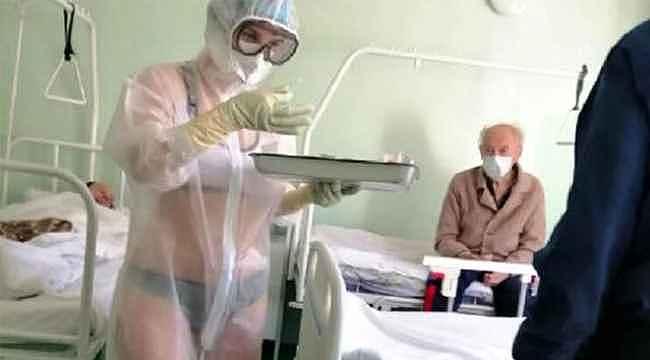 Bikini ve şeffaf koruyucu giyerek hastaları tedavi eden hemşire gündemi salladı