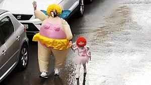 Çöp atmaya giderken süper kahraman kostümü giyen baba-kız fenomen oldu