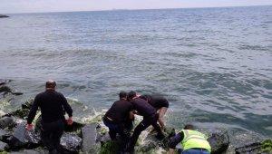 Denize atlayarak intihar girişiminde bulunan kadını polisler kurtardı
