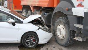 Elazığ'da otomobil kamyona çarptı: 3 yaralı