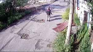 Ev sahibi suçüstü yakaladığı hırsızı sopayla böyle dövdü
