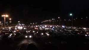İran'da otomobilleriyle safa giren vatandaşlar, sabaha kadar dua etti