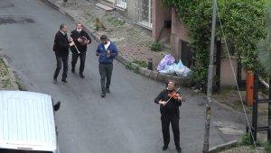 """İstanbul sokaklarında müzik şöleni; """"Yar saçların lüle lüle, Korona sana güle güle"""""""