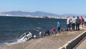 İzmir'de kaza sonrası takla atan otomobil denize düştü: 3 yaralı