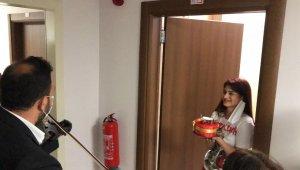 Karantinada doğum günü kutlanan Ece gözyaşlarını tutamadı