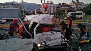 Katliam gibi trafik kazası! Kamyonetin çarptığı otomobil evin bahçesine uçtu: 2 ölü, 3 yaralı