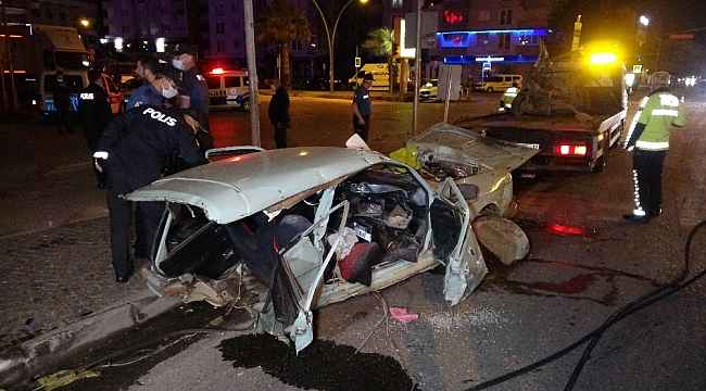 Kazada otomobil ikiye bölündü: 2'si ağır 5 yaralı