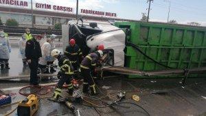 Kontrolden çıkan çöp kamyonu bariyerlere saplandı: 1 ölü 1 yaralı