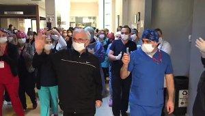 Korona virüsü yenen doktor alkışlarla taburcu oldu