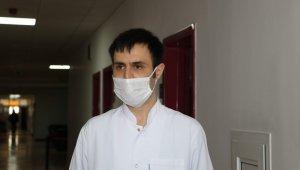 Korona virüsü yenen doktor hastaları için görevinin başına döndü