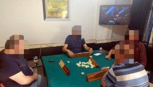 Kumar oynatılan iş yerini kapatmak için gelen ekipler, 4 kişiyi okey oynarken buldu