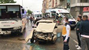 Manisa'da işçi servisi otomobille çarpıştı: 5 yaralı