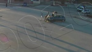 Otomobillerin çarptığı motosikletliler fırladı