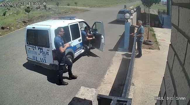 Polis ile öğretmenin maske gerginliği kamerada