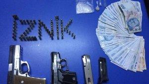 Polisin kontrol noktasında durdukları araçlardan silah, uyuşturucu ve para ele geçirildi - Bursa Haberleri