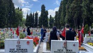 Ramazan Bayramı öncesi aileler, Edirnekapı Şehitliği'ni ziyaret etti