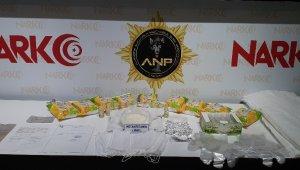 Sahte seyahat belgesi kullanarak uyuşturucu tacirliği yapan 3 kişi yakalandı