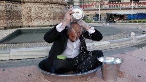 Sanatçı Aydın Taksim'de leğende yıkandı