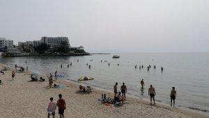 Sıcaktan bunalan sahile koştu