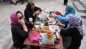 Sokağa çıkan ihtiyarların piknik keyfi - Bursa Haberleri