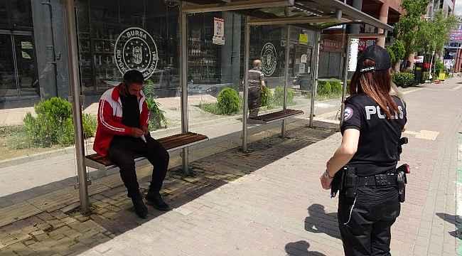 Sokakta kalan vatandaşa polis böyle müdahale etti - Bursa Haberleri