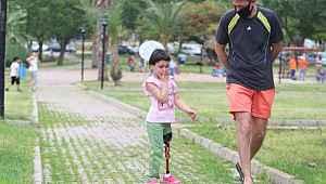 Sol bacağını kaybeden küçük Özge de ilk kez sokağa çıktı
