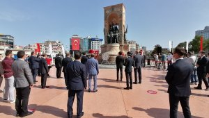 Taksim'de sosyal mesafeli 19 Mayıs töreni