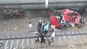 TIR'la trenin üzerinden uçtu! Paramparça olan TIR'dan mucize kurtuluş gerçekleşti
