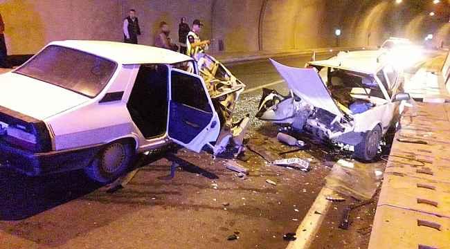 Tünelde otomobiller kafa kafaya çarpıştı: 4 yaralı