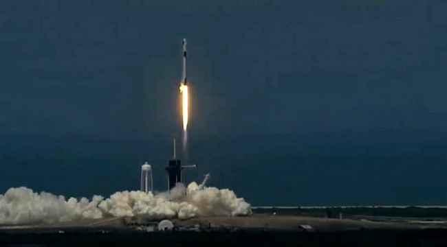 Uzay yolculuğunda tarihi anlar! SpaceX'in ilk insanlı uzay mekiği Dragon fırlatıldı