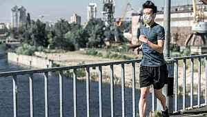 Vuhan'da maskeyle koşan adamın akciğeri patladı